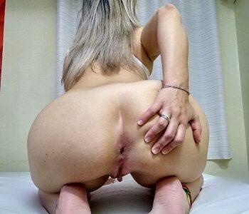 Mostrando o cu da esposa no motel